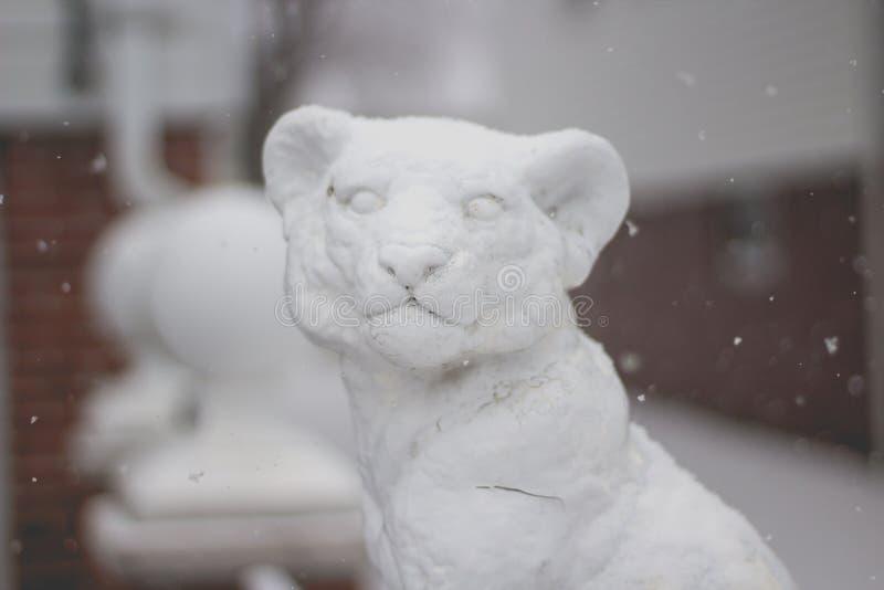 Beau petit animal de lion fait en neige pendant l'hiver images stock