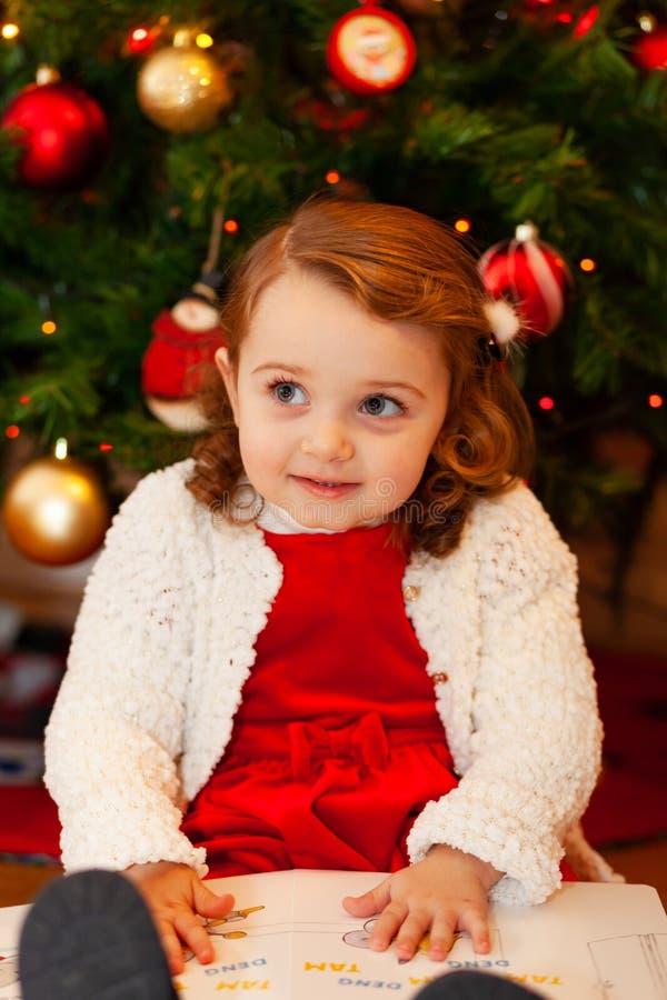 Beau petit enfant près d'arbre de Noël images stock