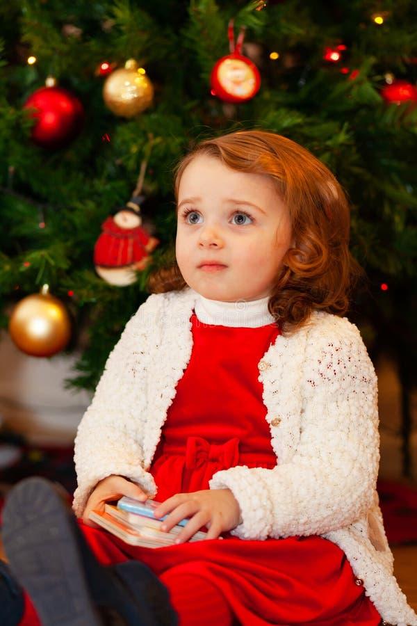Beau petit enfant près d'arbre de Noël photo libre de droits