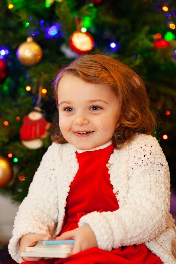 Beau petit enfant près d'arbre de Noël image stock