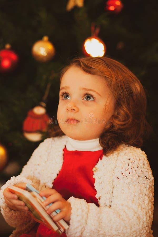 Beau petit enfant près d'arbre de Noël image libre de droits