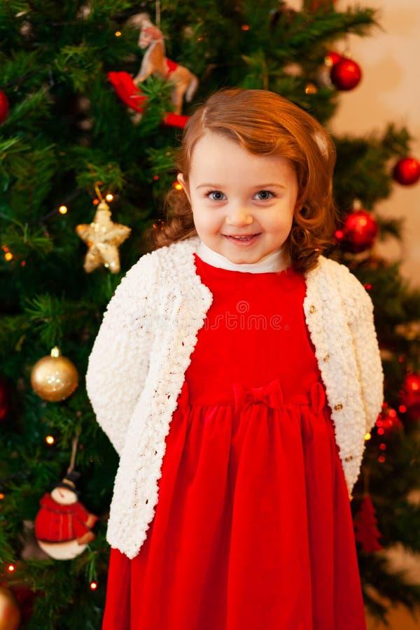 Beau petit enfant près d'arbre de Noël photos stock