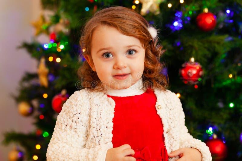 Beau petit enfant près d'arbre de Noël photographie stock