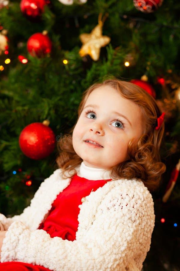 Beau petit enfant près d'arbre de Noël photographie stock libre de droits