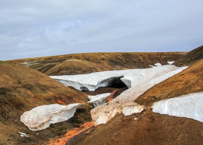 Beau phénomène naturel dans la réserve naturelle de Fjallabak, montagnes de l'Islande Tunnel de fonte débordant de neige de jet d image libre de droits