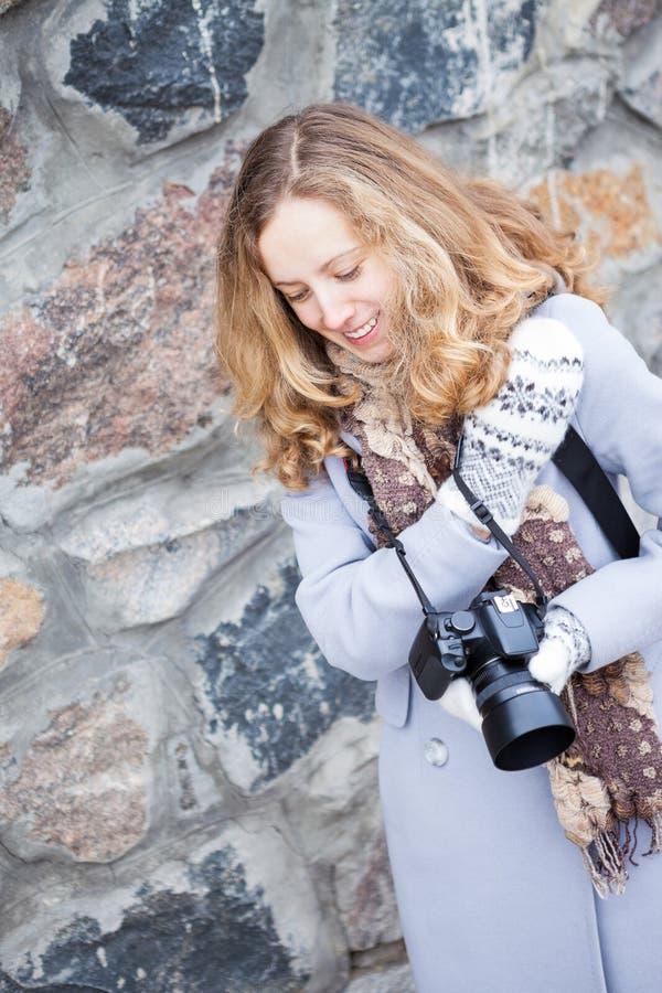 Beau photographe ou touriste de presse de fille avec un appareil-photo images libres de droits