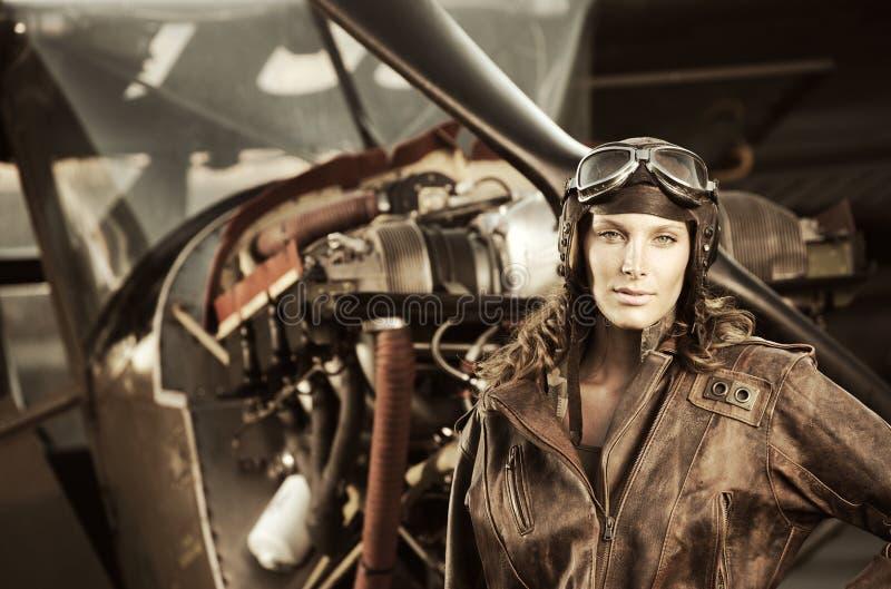 Beau pilote de femme : photo de cru photo libre de droits