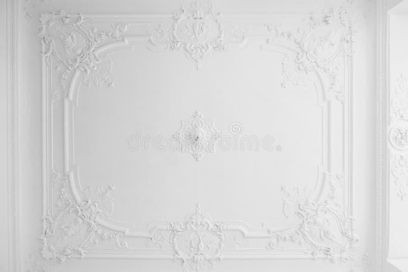 Beau plafond de stuc dans le vieux bâtiment images libres de droits