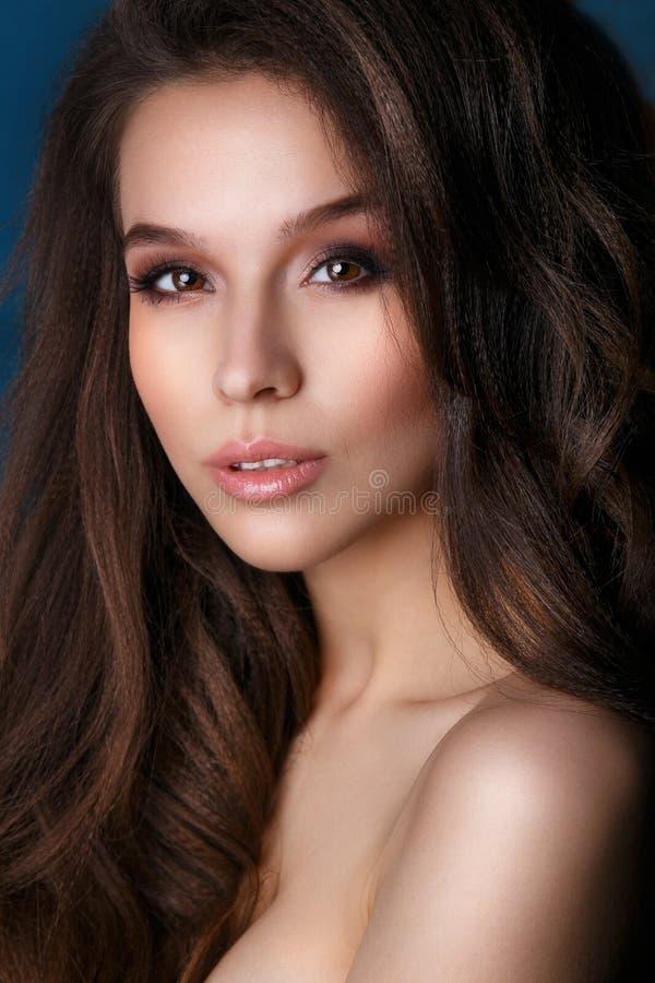 Beau plan rapproché de renivellement de visage Peau saine parfaite Maquillage de charme de mode photographie stock libre de droits