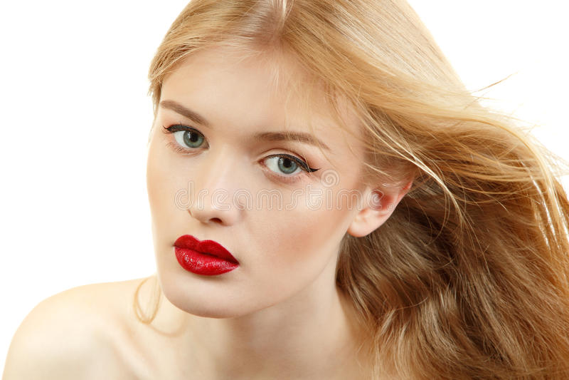 Beau plan rapproché de visage de femme avec de longs cheveux blonds et viv de vol image libre de droits