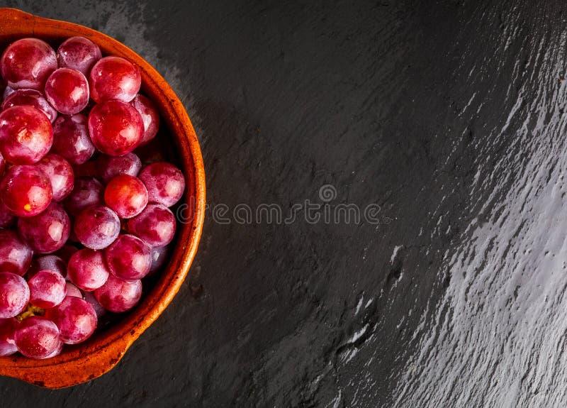 Beau plan rapproché du groupe d'encres de raisins rouges sur la table photo libre de droits