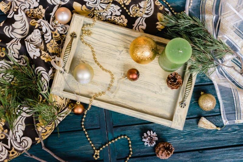 Beau plateau de petit déjeuner de Noël avec des bougies et des boules d'or photos libres de droits