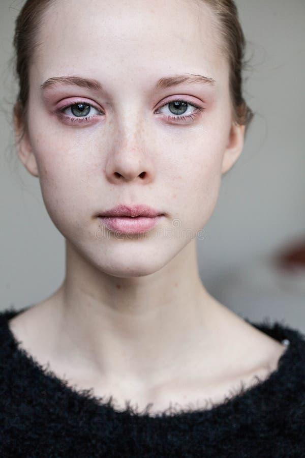 Beau pleurer de jeune fille photo libre de droits
