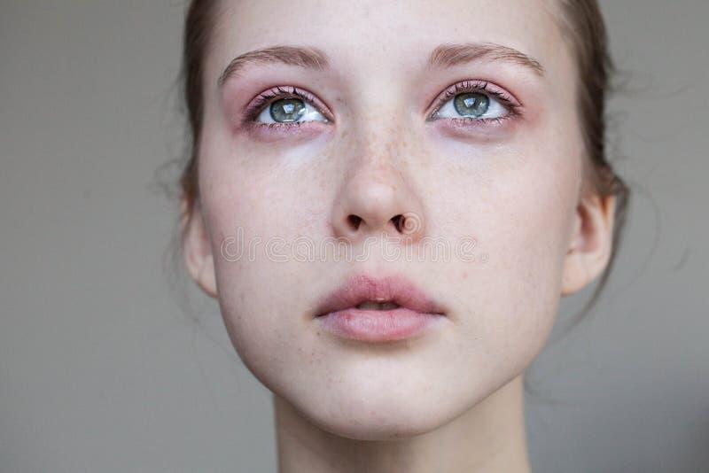 Beau pleurer de jeune fille photos stock