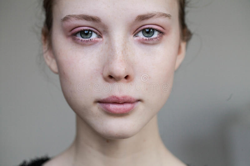 Beau pleurer de jeune fille photo stock