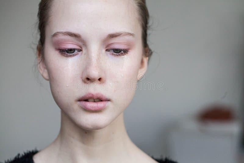 Beau pleurer de jeune fille images stock