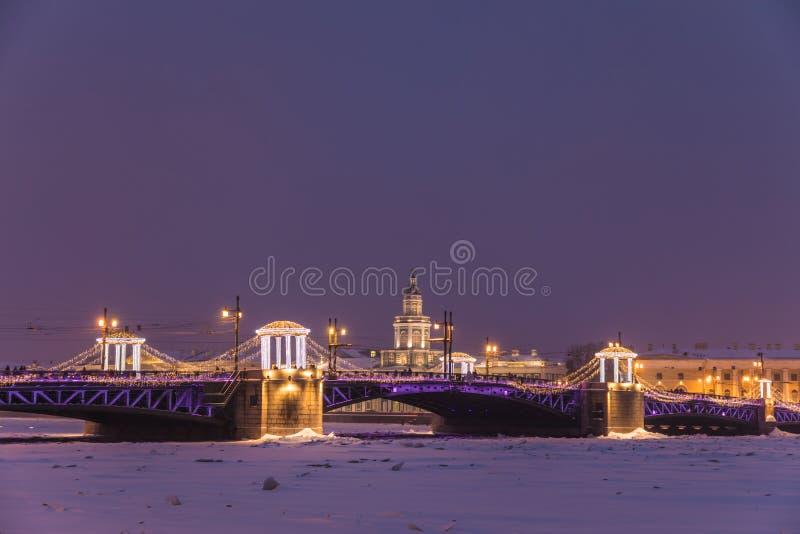 Beau pont de palais sur Neva River dans le St Petersbourg en Russie photographie stock