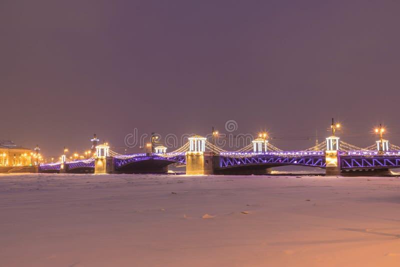 Beau pont de palais sur Neva River dans le St Petersbourg en Russie photo libre de droits