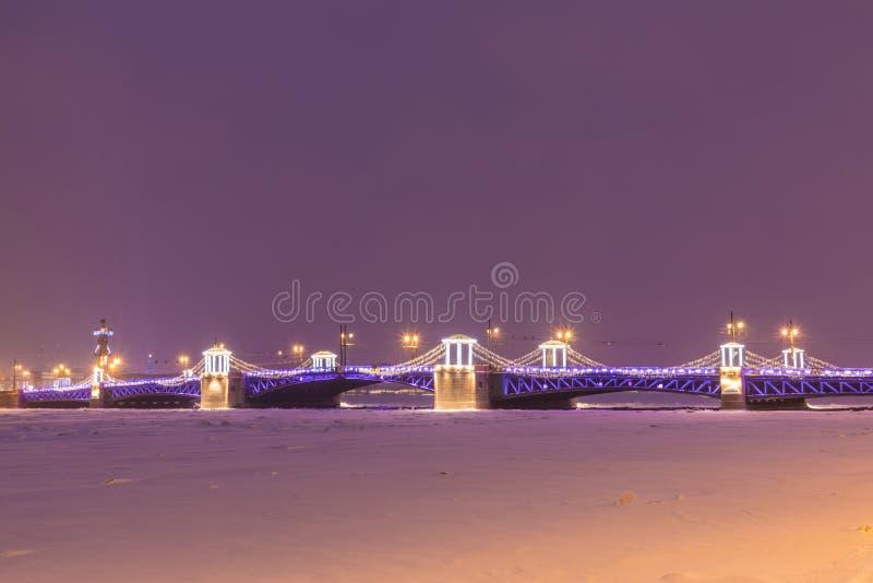 Beau pont de palais sur Neva River dans le St Petersbourg en Russie images stock
