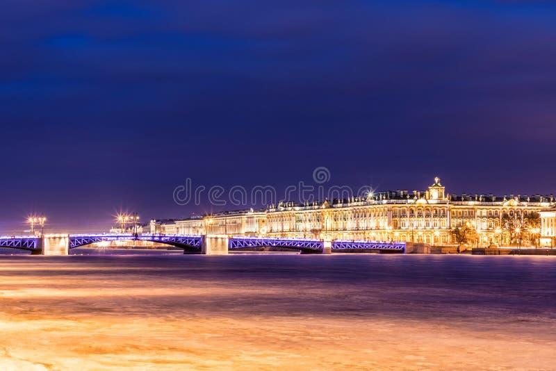 Beau pont de palais sur Neva River dans le St Petersbourg en Russie entre la place de palais et l'île de Vasilievsky dans l'horai images stock