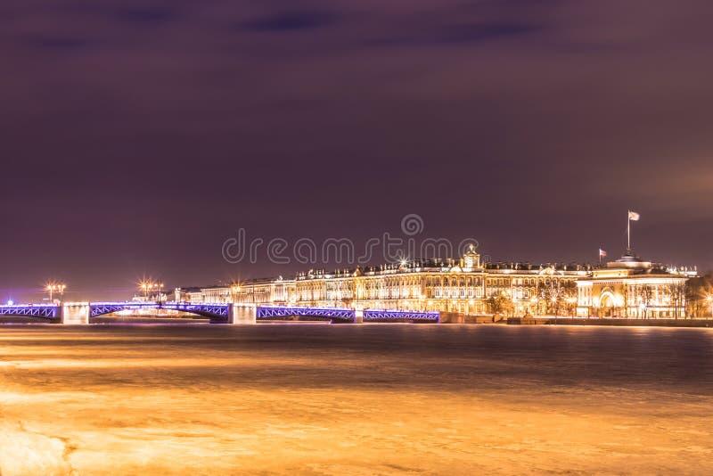 Beau pont de palais sur Neva River dans le St Petersbourg en Russie entre la place de palais et l'île de Vasilievsky dans l'horai photos stock