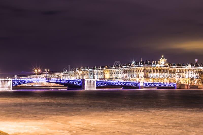 Beau pont de palais sur Neva River dans le St Petersbourg en Russie entre la place de palais et l'île de Vasilievsky dans l'horai photo libre de droits