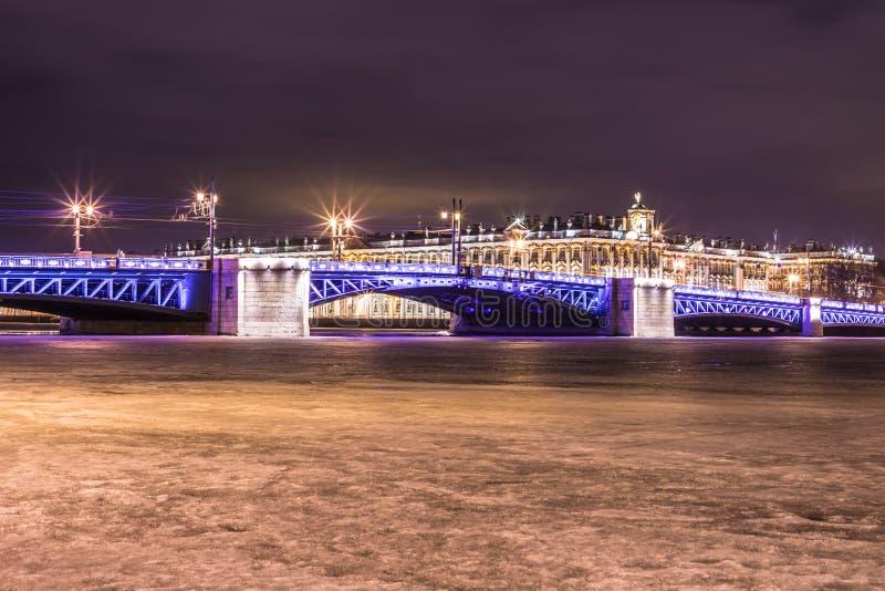 Beau pont de palais sur Neva River dans le St Petersbourg en Russie entre la place de palais et l'île de Vasilievsky dans l'horai images libres de droits
