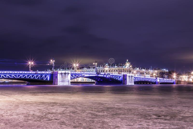 Beau pont de palais sur Neva River dans le St Petersbourg en Russie entre la place de palais et l'île de Vasilievsky dans l'horai image libre de droits