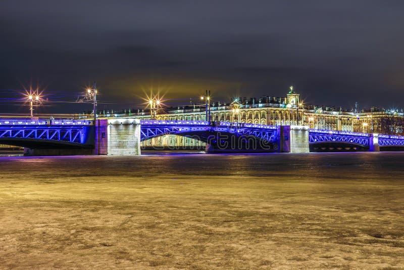 Beau pont de palais sur Neva River dans le St Petersbourg en Russie entre la place de palais et l'?le de Vasilievsky dans l'horai photos libres de droits