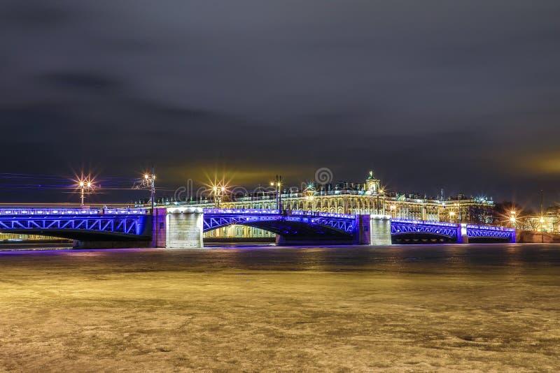 Beau pont de palais sur Neva River dans le St Petersbourg en Russie entre la place de palais et l'?le de Vasilievsky dans l'horai photos stock