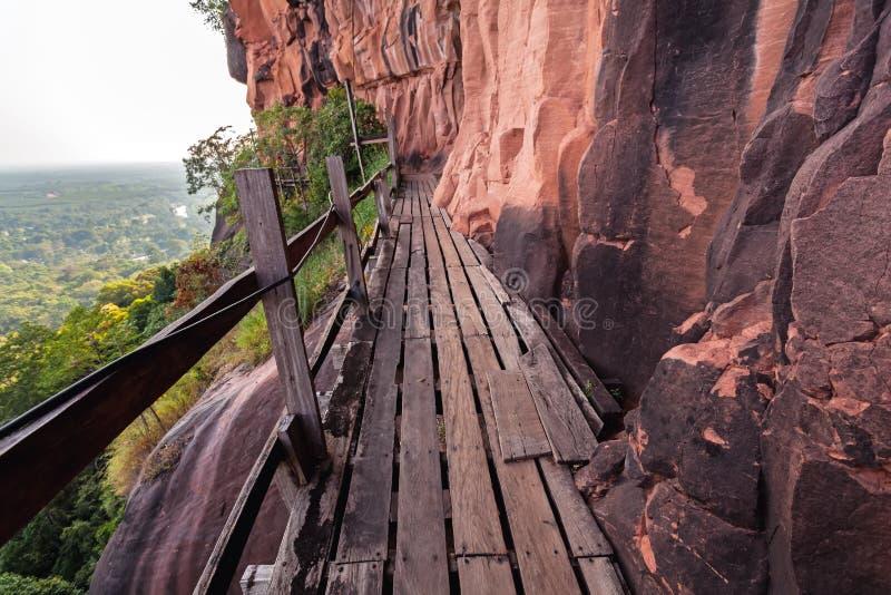 Beau pont en bois dans le cliffside rouge à la montagne de tok de Wat Phu Bueng Kan, Thaïlande photos stock