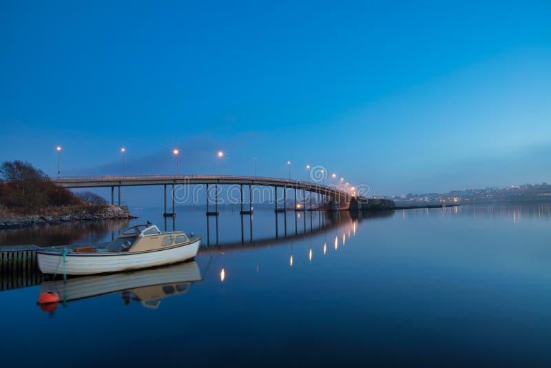 Beau pont un beau coucher du soleil sur la côte ouest de la Norvège images libres de droits