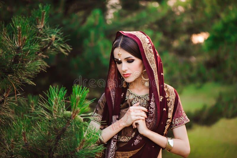 Beau portrait Arabe de femme Jeune femme indoue avec des tatouages de mehndi de henné noir sur ses mains image stock