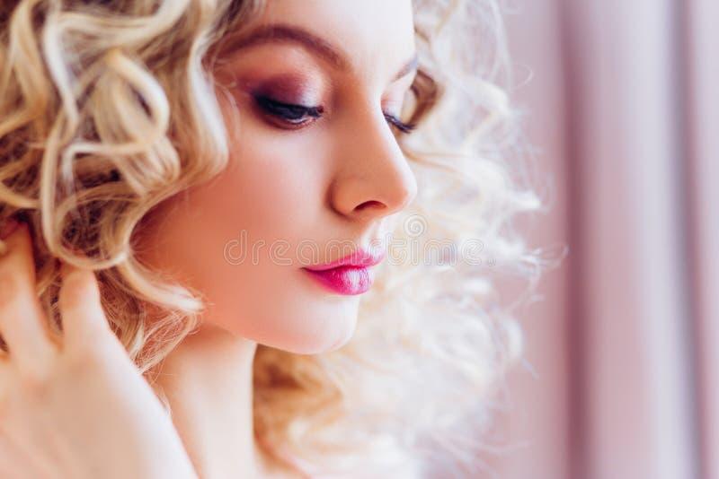 Beau portrait avec le maquillage professionnel pour une partie de célibataire Blonde de fille avec les cheveux bouclés photos libres de droits