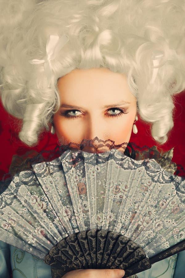 Beau portrait baroque de femme avec la perruque et la fan photos libres de droits