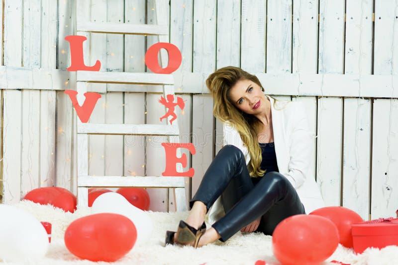 Beau portrait blond de fille sur les valentines DA images libres de droits