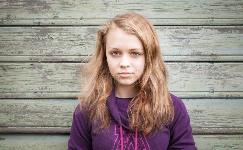 Beau portrait caucasien blond d'adolescente de fille image libre de droits