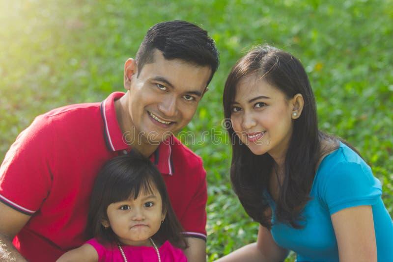 Beau portrait d'extérieur de famille images libres de droits