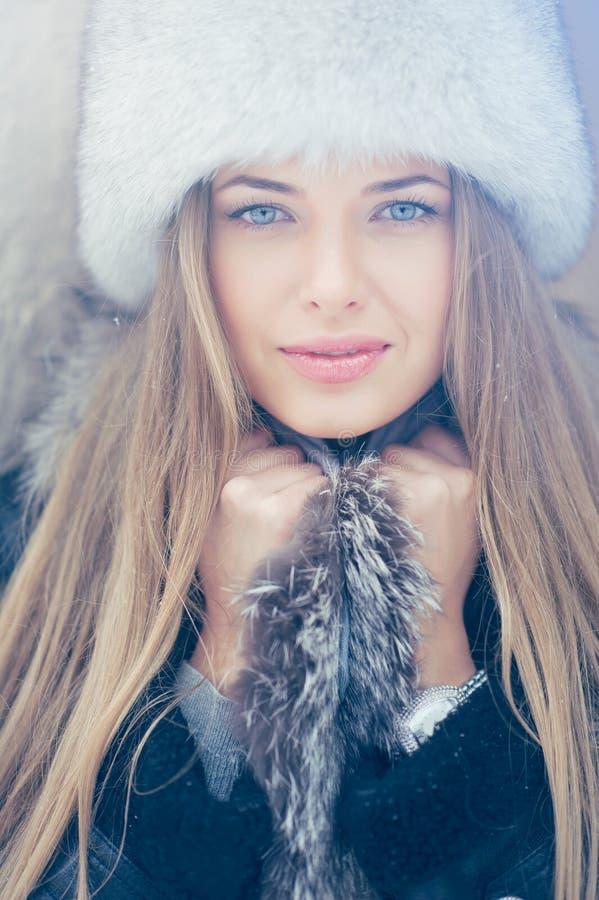 Beau portrait d'hiver de jeune femme pendant l'hiver photos stock