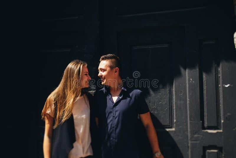 Beau portrait d'un jeune couple photos stock
