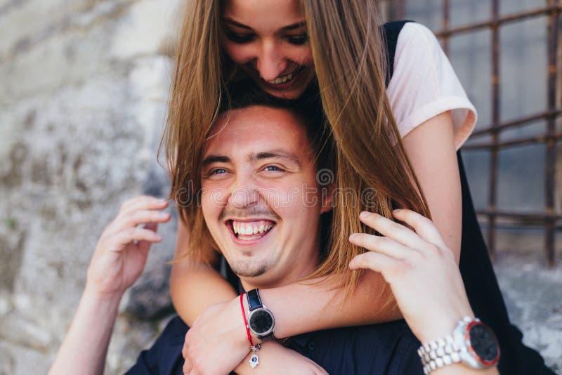 Beau portrait d'un jeune couple images stock