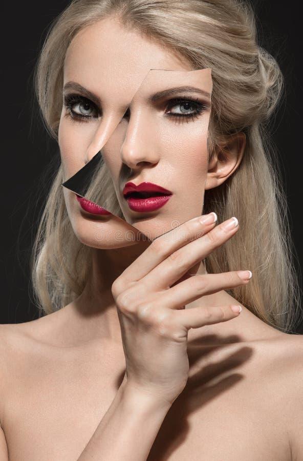 Beau portrait d'une femme avec le maquillage de mode photos stock