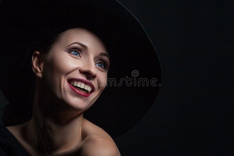 Beau portrait d'une femme dans un chapeau noir images libres de droits