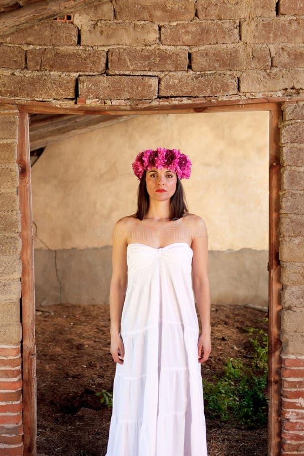 Beau portrait d'une femme mûre avec le bandeau de mode images stock