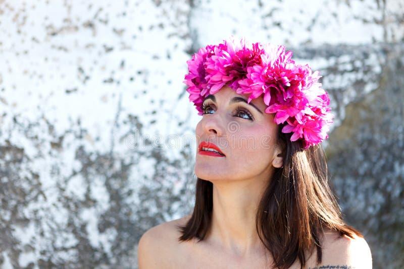 Beau portrait d'une femme mûre avec le bandeau de mode photos libres de droits