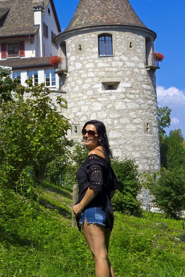 Beau portrait de femme à Rhine Falls, Suisse photographie stock