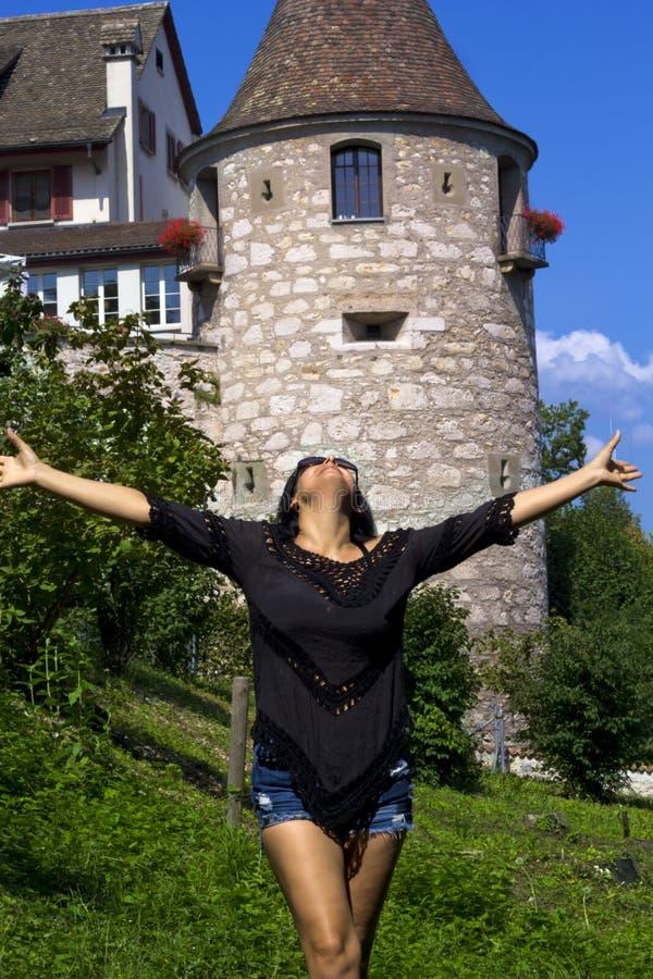 Beau portrait de femme à Rhine Falls, Suisse photographie stock libre de droits