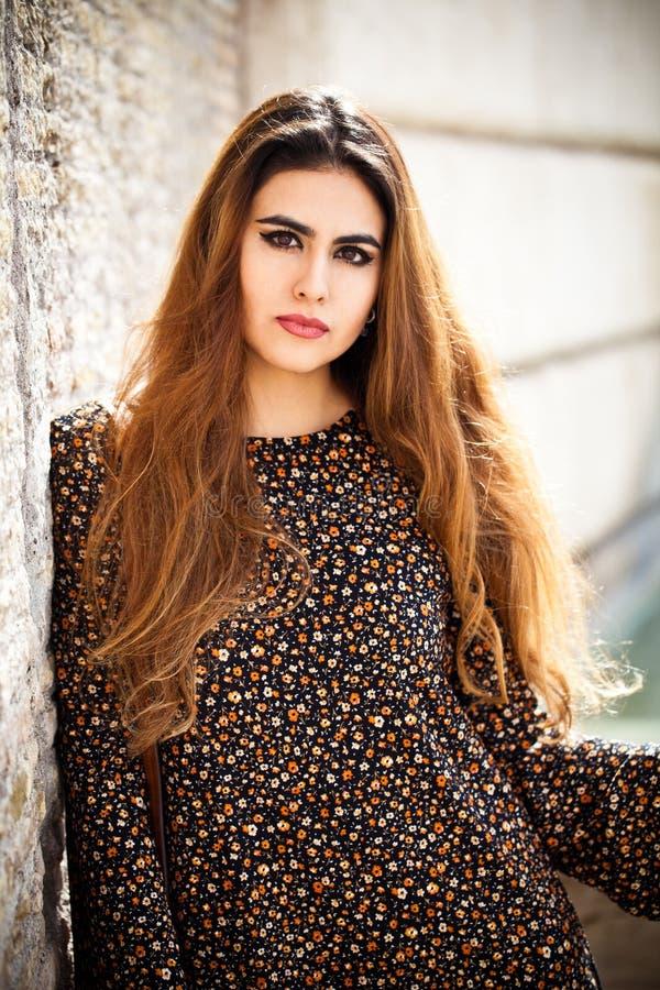 Beau portrait de femme avec de longs cheveux rouges et maquillage images stock