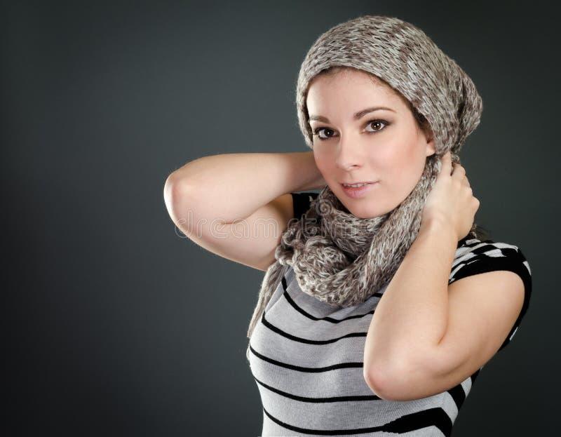 Beau portrait de femme avec l'écharpe images stock