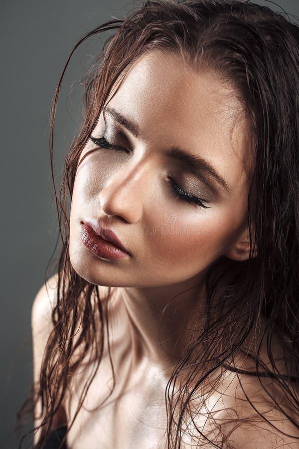 Beau portrait de femme avec la peau humide et les longs cheveux humides photo libre de droits
